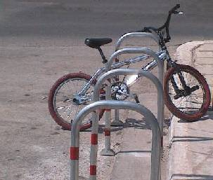 Barierã fixã simplã pentru parcarea bicicletelor